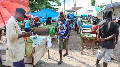 Nainen kantoi paidassaan Bougainvillen lippua saaren pääkaupungissa Bukassa.