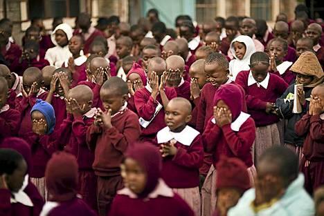 Koulun aamunavaus päättyy ääneen lausuttuun rukoukseen.