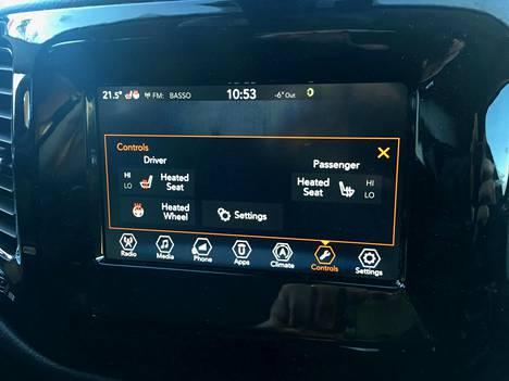 Etupenkkien ja ratin lämmityksen säädöt löytyvät hiukan epäkäytännöllisesti kosketusnäytöstä.