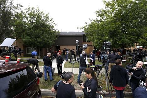 Median edustajia epäiltyjen kotitalon edustalla.