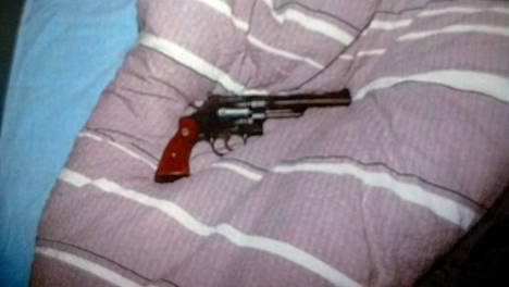 Poliisin kuva revolverista. 68-vuotias mies säilytti ladattua revolveria tyynynsä alla.