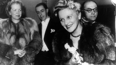 Ansa Ikonen sai ensimmäistä kertaa jaetun naispääosa-Jussin elokuvasta Vaivaisukon morsian vuonna 1944.