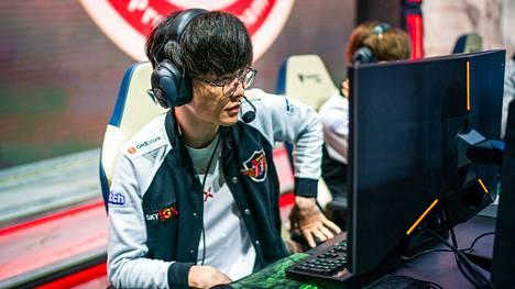 """25-vuotias korealainen Lee """"Faker"""" Sang-Hyeok on League of Legendsin historian paras pelaaja. Varusmiespalvelus lähestyy kovaa vauhtia, mutta mestaruus Aasian kisoissa tarkoittaisi vapautusta"""