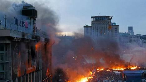 Aamu valkenee Itsenäisyysaukiolla Kiovassa. Oppositiojohtaja Vitali Klitshkon ja presidentti Viktor Janukovitshin yölliset neuvottelut eivät tuottaneet tulosta.