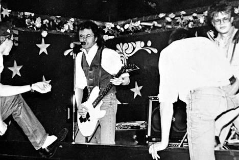 Kimmo Pekari (oik.) Kari Peitsamon Skootteri -bändin kitaristina 1989. Kolmen vuoden jälkeen keikkailuolot alkoivat tympiä ja mies huomasi rokkistarahaaveen olevan huono haave.
