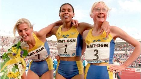 Sara Wedlund (oik.) Helsingin olympiastadionilla vuonna 1995. Ruotsi juhli tuolloin kolmoisvoittoa 1500 metrillä.
