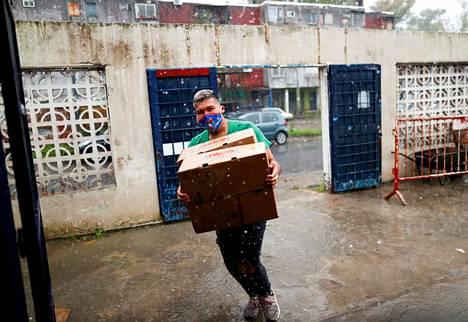 Vapaaehtoistöihin lähtenyt argentiinalaismies kantoi ravioleja keittiöön, jossa niistä valmistettiin aterioita koronaviruksen vuoksi entistä pahempaan ahdinkoon joutuneille köyhille. Samaa auttamisen halua on nähty pandemian aikaan kaikkialla maailmassa.