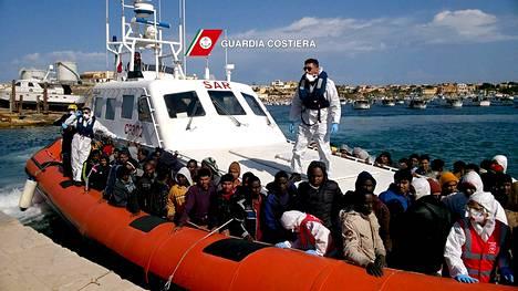 Italian rannikkovartiosto toi mereltä pelastettuja siirtolaisia Lampedusalle myös 5. huhtikuuta.