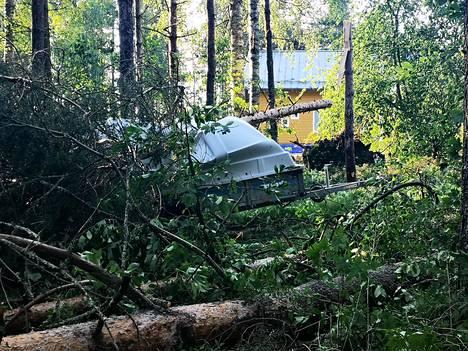 Paltaniemen alueella moottorisahat lauloivat, kun pelastuslaitoksen henkilökunta ja vapaaehtoiset metsurit raivasivat teitä ajokuntoon.