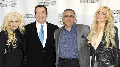 Lindsay Lohanin kanssa leffassa näyttelee John Travolta. Kuvassa myös Victoria ja John Jr. Gotti,