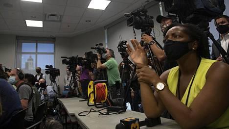 Tomittajat esittivät kysymyksiä syyttämättäjättämispäätöksen jälkeen.