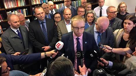 Simon Elosta tuli sinisten eduskuntaryhmän (aluksi Uusi vaihtoehto) ensimmäinen ja ainoaksi jäänyt puheenjohtaja 13. kesäkuuta 2017, kun 20 kansanedustajaa jätti perussuomalaiset Jussi Halla-ahon valinnan jälkeen.