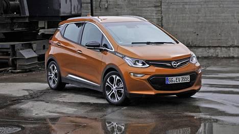 Opel Ampera-e on kansainvälisen kehitystyön tulos. Se on suunniteltu niin Euroopassa, ison veden takana Yhdysvalloissa kuin kaukana idässäkin, Etelä-Koreassa. Kapasiteetiltaan peräti 60 kWh:n akusto on erityisesti tähän autoon suunniteltu ja eteläkorealaisen LG Chemin valmistama.