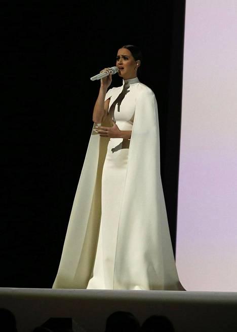Artisti Katy Perry esiintyi Grammy Awardseissa Valentinon puvussa vuonna 2015.