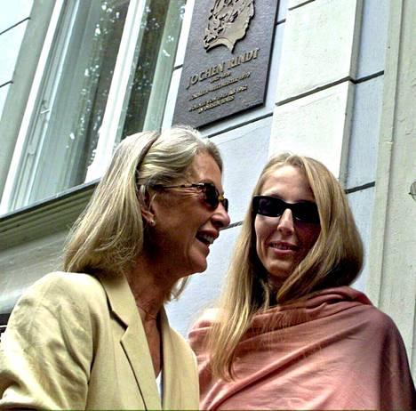 Nina Rindt (vas.) ja hänen Natasha-tyttärensä Jochen Rindtin muistolaatan edessä Itävallan Graziassa.
