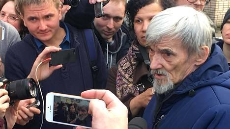 Juri Dmitrijev oikeudenkäynnin jälkeen, kuvattu huhtikuussa 2018 Petroskoissa.