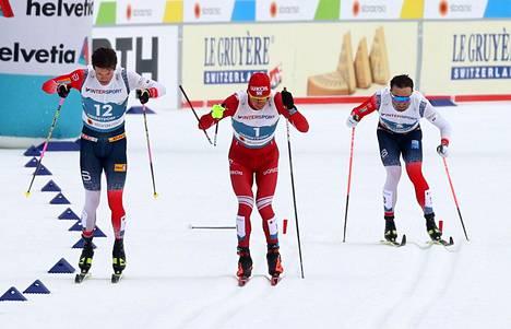 Nämä kuvat jäävät hiihtohistoriaan. Aleksandr Bolshunovin sauva katkesi 50 kilometrin kisan loppusuoralla.