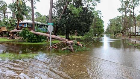 Kadut tulvivat muun muassa Alabaman Dauphin-saarella.