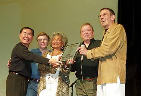 Star Trek -näyttelijät George Takei, Walter Koenig, Nichelle Nichols ja William Shatner Leonard Nimoyn seurana Star Trek Las Vegas -tapahtumassa vuonna 2002, kun Nimoy sai tunnustuksen elämäntyöstään.
