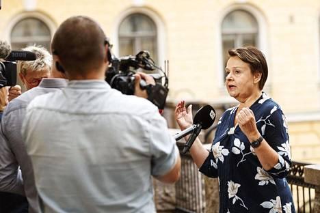 Kansliapäällikkö Kirsi Varhila vastasi median kysymyksiin tiedotustilaisuuden jälkeen.