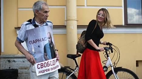 Aktivisti Vitold Zalesski osoitti mieltään Pietarissa maanantaina Parnas-puolueen Pietarin-osaston johtajan Andrei Pivovarovin vapautuksen puolesta.