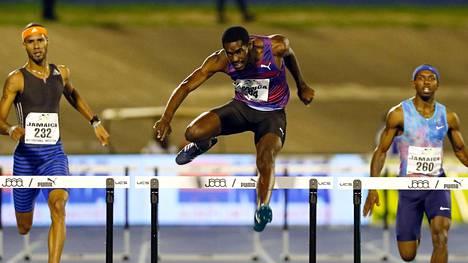 Kyron McMaster (kesk.) pitää hallussaan kauden kärkiaikaa 400 metrin aitajuoksussa.