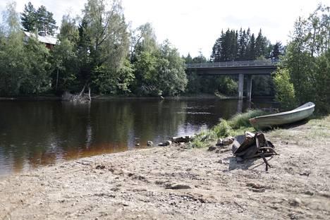 Auto löytyi joen pohjalta läheltä siltaa.