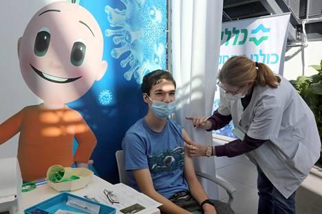 Rokotukset etenevät Israelissa vauhdilla. Kuvan nuori sai rokotteen Tel Avivissa.