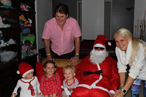 Joulupukki toi lapsille ja Reetulle mieleisiä lahjoja.