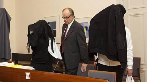 Tuomitut saapuivat Turun hovioikeuteen helmikuun alussa peitetyin kasvoin. Keskellä asianajaja Risto Kyytinen.