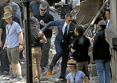 Daniel Craig toiminnan keskellä.