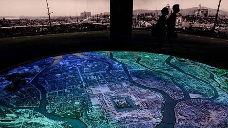 Hiroshiman rauhanmuseon vierailijat käyttivät keskiviikkona kasvomaskeja. Museo kertoo kaupungin tuhosta 75 vuotta sitten.