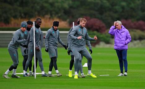 Tottenhamin manageri Jose Mourinho (oik.) seurasi harjoituksissa joukkueensa valmistautumista Olympiakos-otteluun.