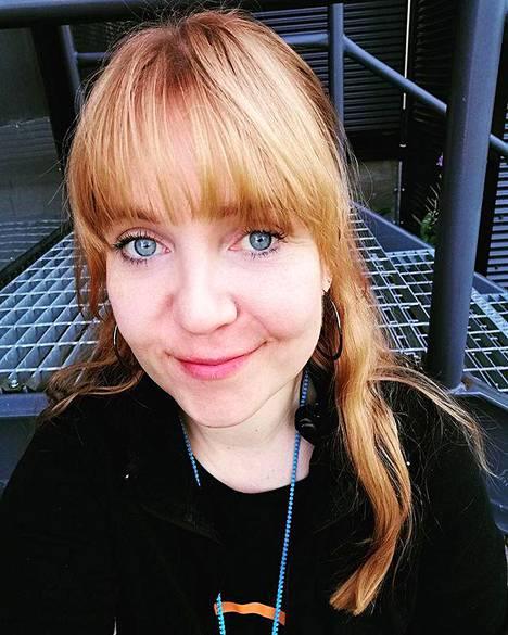 Kaupan kassana työskentelevä Mia Alhomäki, 38, pitää suosikkiasiakkainaan vakiasiakkaita ja ikäihmisiä, joiden kanssa on aina kiva vaihtaa muutama sana. Vanhemmat ihmiset muistavat myös tervehtiä kassaa.