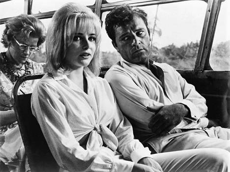 Sue Lyon kuvattuna elokuvassa Liskojen yö Richard Burtonin kanssa. Lyon muisteli myöhemmin Burtonin haisseen koko kuvausten ajan niin voimakkaasti alkoholille, että yhteisten kohtausten kuvaaminen oli yhtä tuskaa.
