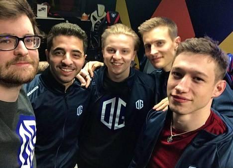 """Nathan """"NBK-"""" Schmittin (vasen reuna) jakamassa ryhmäselfiessä pelaajat nähtiin ensimmäistä kertaa OG-paidoissa. Virolainen on kuvan keskellä."""