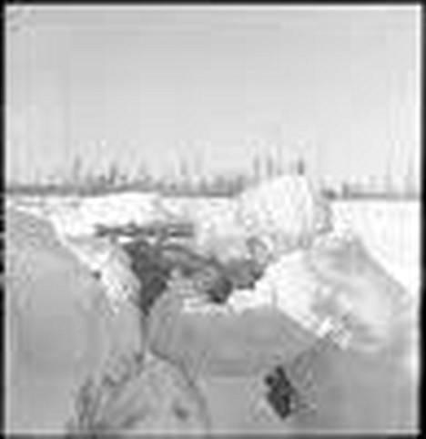 Tarkka-ampujat tekivät asemasodan hiljaisuudesta tappavan. Suomalainen tarkka-ampuja työssään Syvärillä.