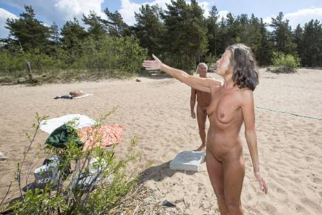 Lena ja Jevgeni ovat ottaneet alastomina aurinkoa vanhalla Suomen ja Neuvostoliiton välisellä rajarannalla jo vuosikaudet. Kun IS tapasi pariskunnan viime kesänä, he surivat rajavyöhykkeen vanhasta historiasta kertoneiden rajapyykkien outoa katoamista.