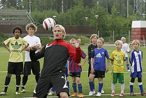 Kesäkuun alussa Sami Hyypiä opasti futisjunnuja Vantaan Myyrmäessä. Nyt Liverpoolin toppari on harjoitusleirillä Sveitsissä.