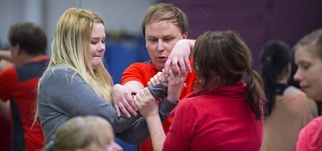 Voimankäyttökouluttaja Janne Ahonen veti kahden avustajan kanssa itsepuolustus- ja uhkatilannekoulutuksen viikonloppuna 60 naiselle. Tässä treenataan otteesta irrottautumista.