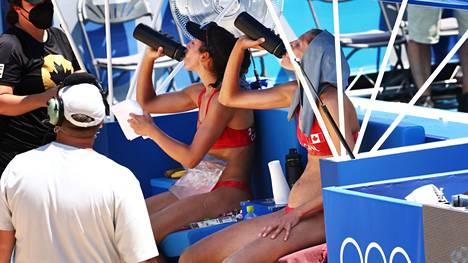 Kanadan beach volley -pari Melissa Humana-Paredes ja Sarah Pavan joivat erätauolla. Humana-Paredes viilensi itseään myös jääpalapussilla.
