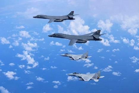 Amerikkalaisia B-1B Lancer -pommittajia ja Japanin F-15 -hävittäjiä