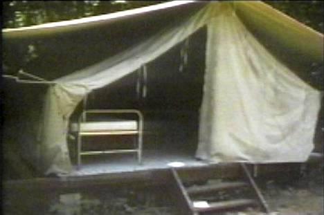 Kolme partiotyttöä hakattiin kuoliaaksi telttaan Camp Scottin leirillä aamuyöllä 13. heinäkuuta 1977. Lisää kuvia poliisin tutkintamateriaalista murhamysteerin nettisivuilla: http://www.girlscoutmurders.com/index.php