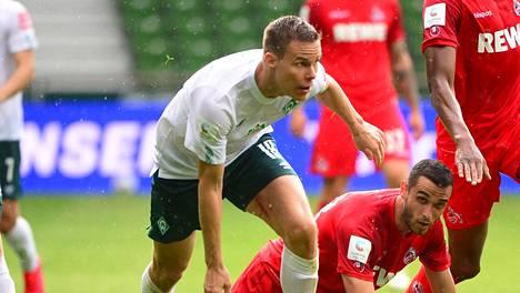 Werder Bremenin kapteeni Niklas Moisander sai punaisen kortin, eikä näin ollen pelaa toisessa karsintaottelussa.