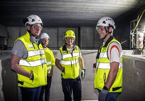 Projektipäällikkö Arto Mettinen (vasemmalla), työnjohtoharjoittelija Nora Breiling, Timo Aaltonen ja Antti Järvinen seisovat vesitornin säiliössä.
