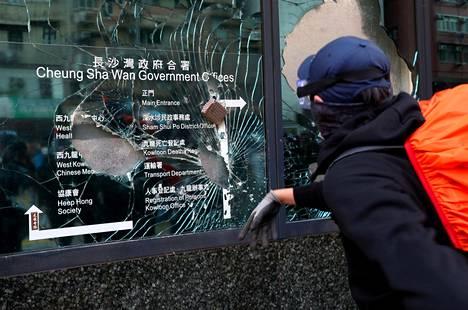 Sham Shui Pon alueella liikkunut mielenosoittaja paiskasi tiilen ikkunaan.