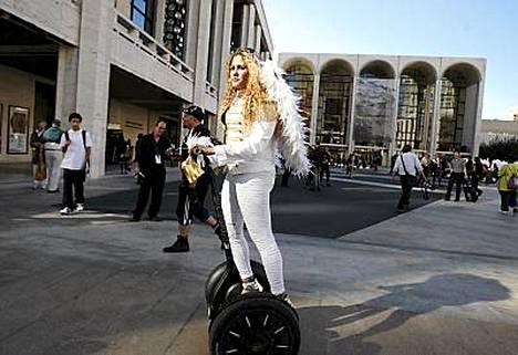 Jimi Heseldenin omistama Segway-yhtiö valmistaa kuvassa näkyviä kaksipyöräisiä skoottereita. Kuva on New Yorkin muotitapahtumasta.