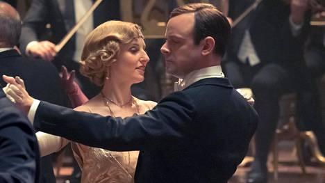 Lady Edith (Laura Carmichael) ja hänen aviomiehensä Hexhamin markiisi Herbert Pelham (Harry Hadden-Paton).