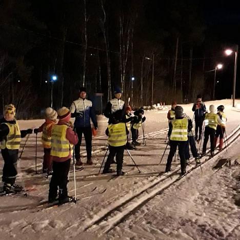Innokkaita ja pelottomia hiihtokoululaisia Lappeenrannan Huhtiniemessä.