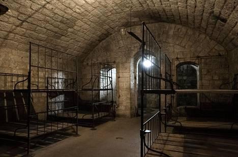 Douaumontin linnakkeen erääseen käytävän oli sijoitettu haavoittuneita sotilaita. Samassa käytävässä oli myös ammusvarasto, joka räjähti tuntemattomasta syystä. 679 sotilasta kuoli.